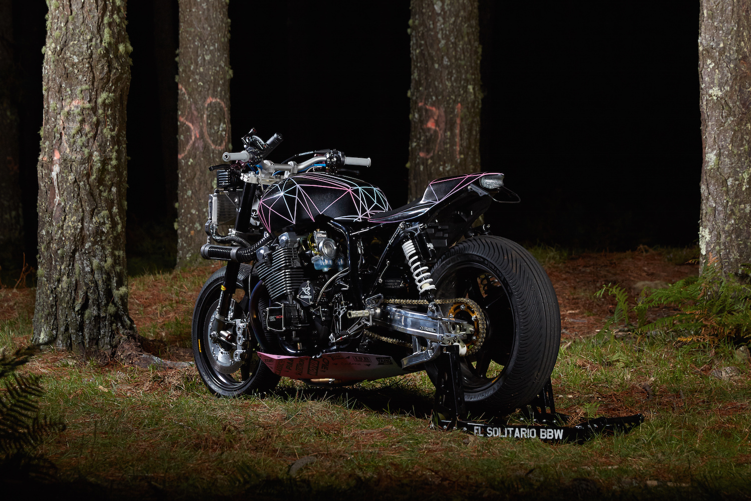 Big Bad Wolf - El Solitario custom Yamaha XJR1300 - rear side-face