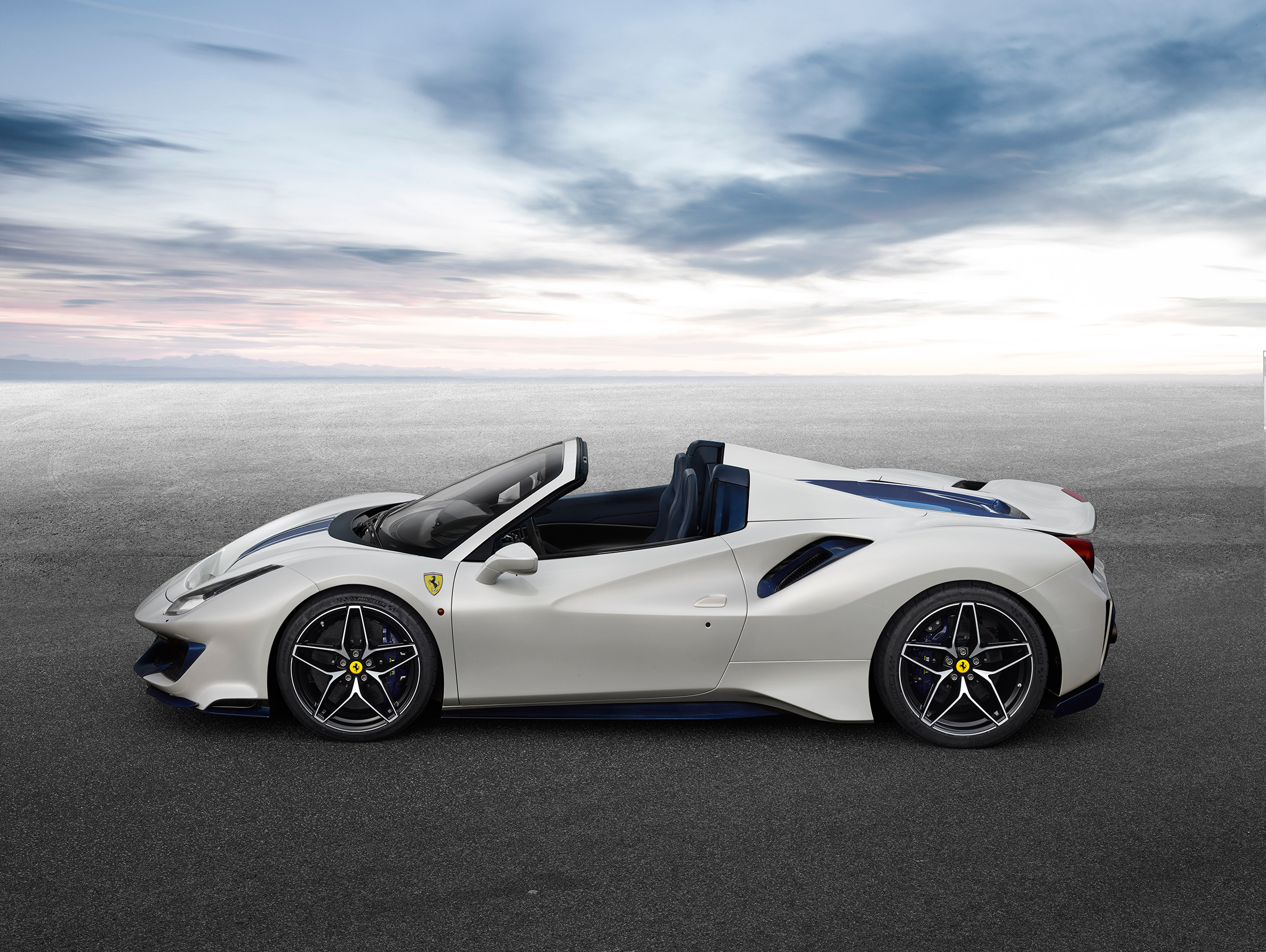 Ferrari 488 Pista Spider - 2018 - side-face / profil - open top / toit ouvert