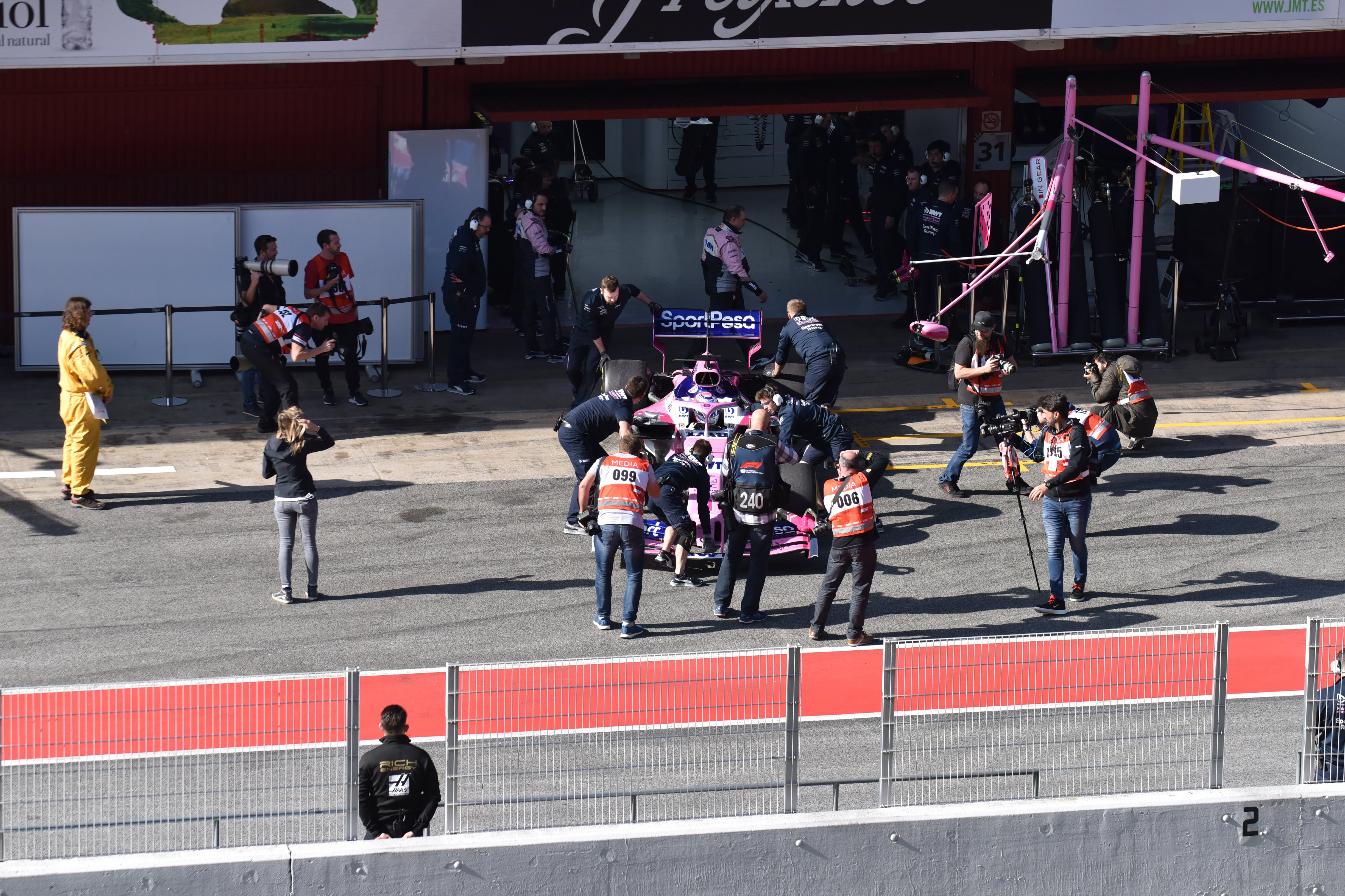 Racing Point RP19 - Team - pitlane - F1 Testing - 2019 - photo by Jacques Denis - Team DESIGNMOTEUR