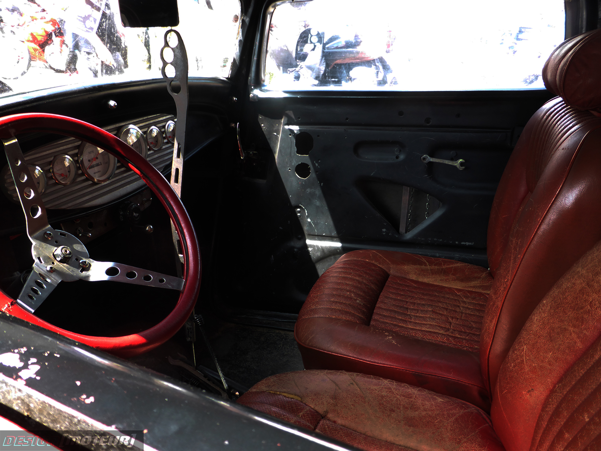 Ford hot rod - rad interior - steering wheel - US Cars and Bikes 2019 - photo ELJ DESIGNMOTEUR