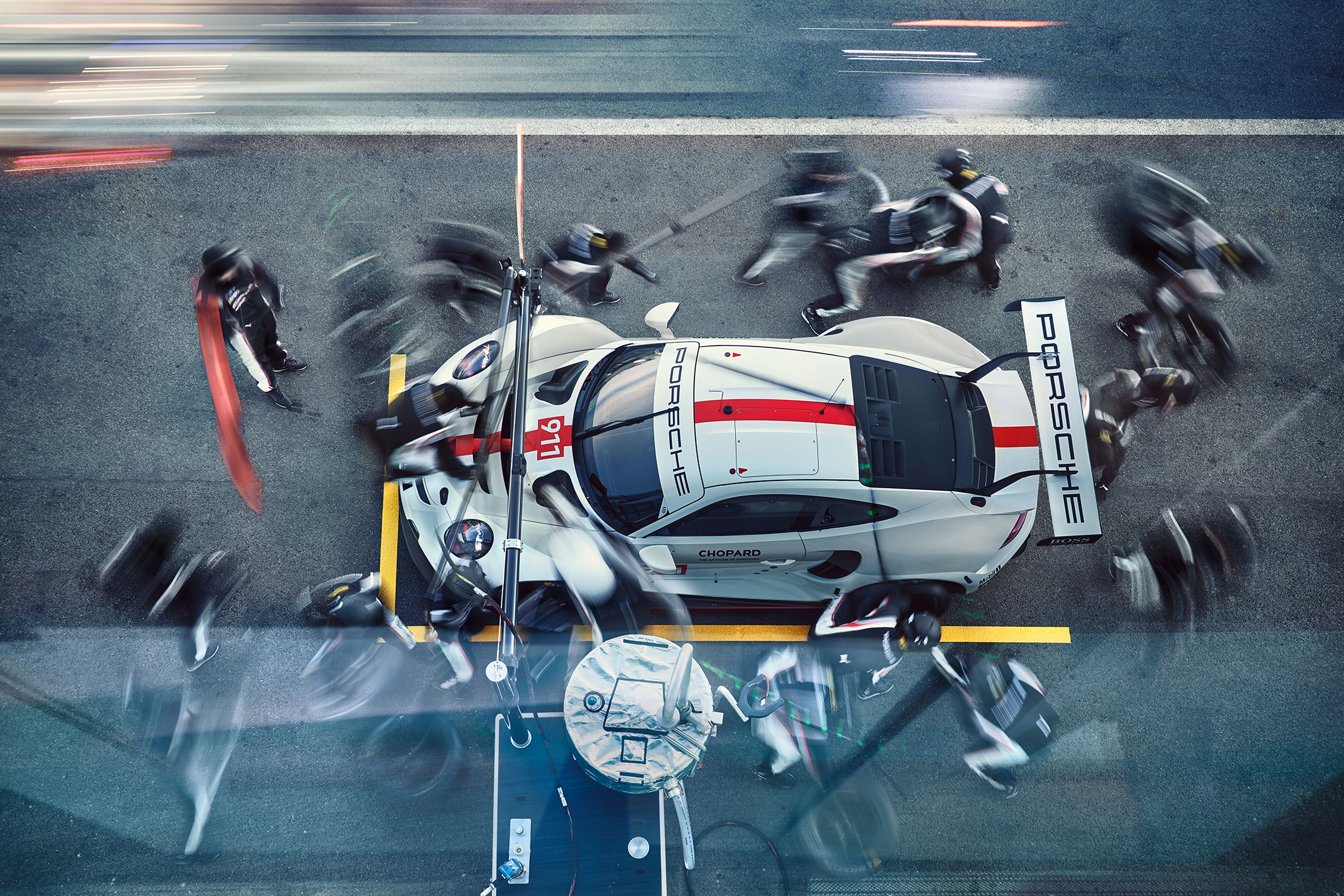 Porsche 911 RSR-19 - 2019 - top view - pit lane - team work