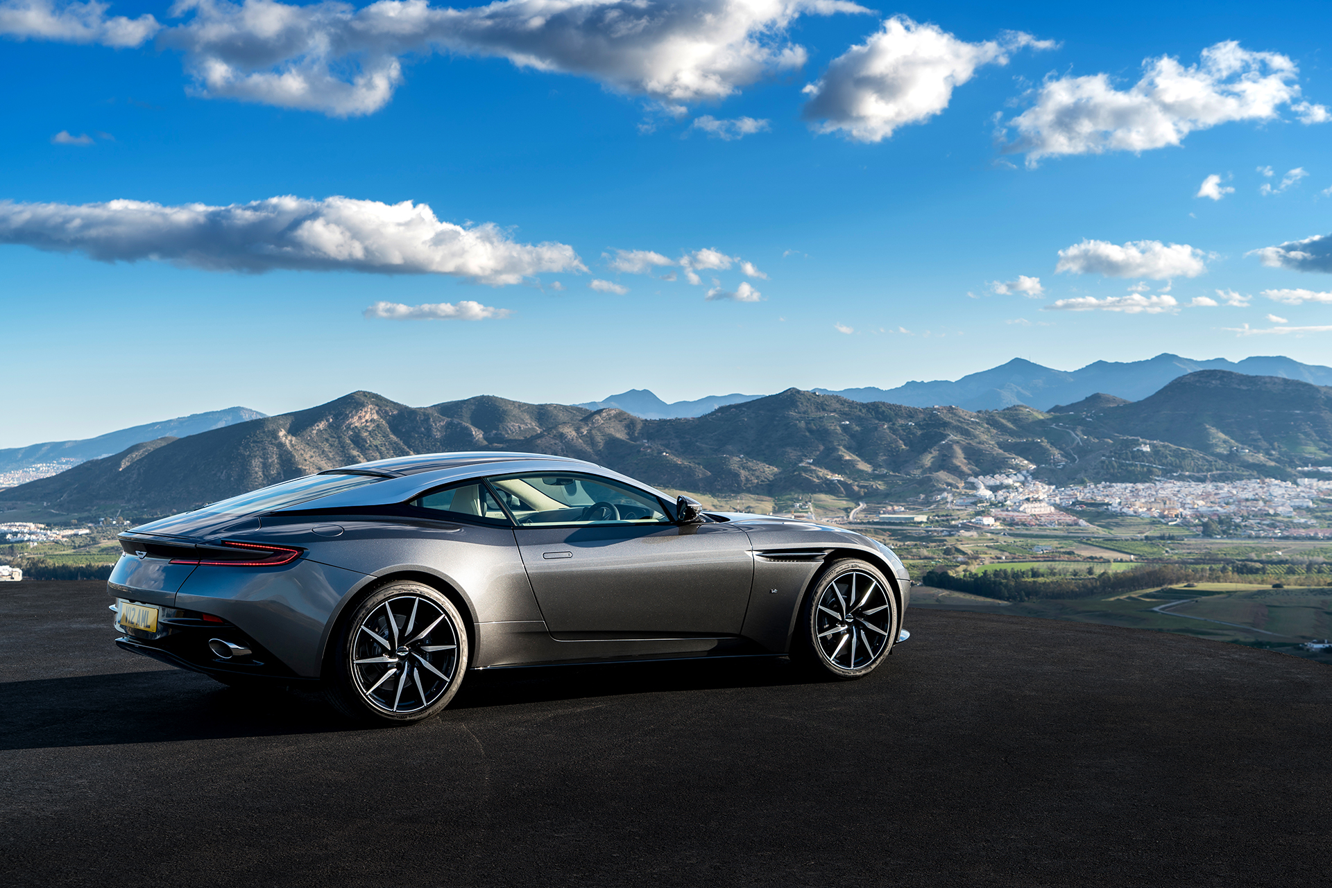 Aston Martin DB11 - 2016 - side-face / profil