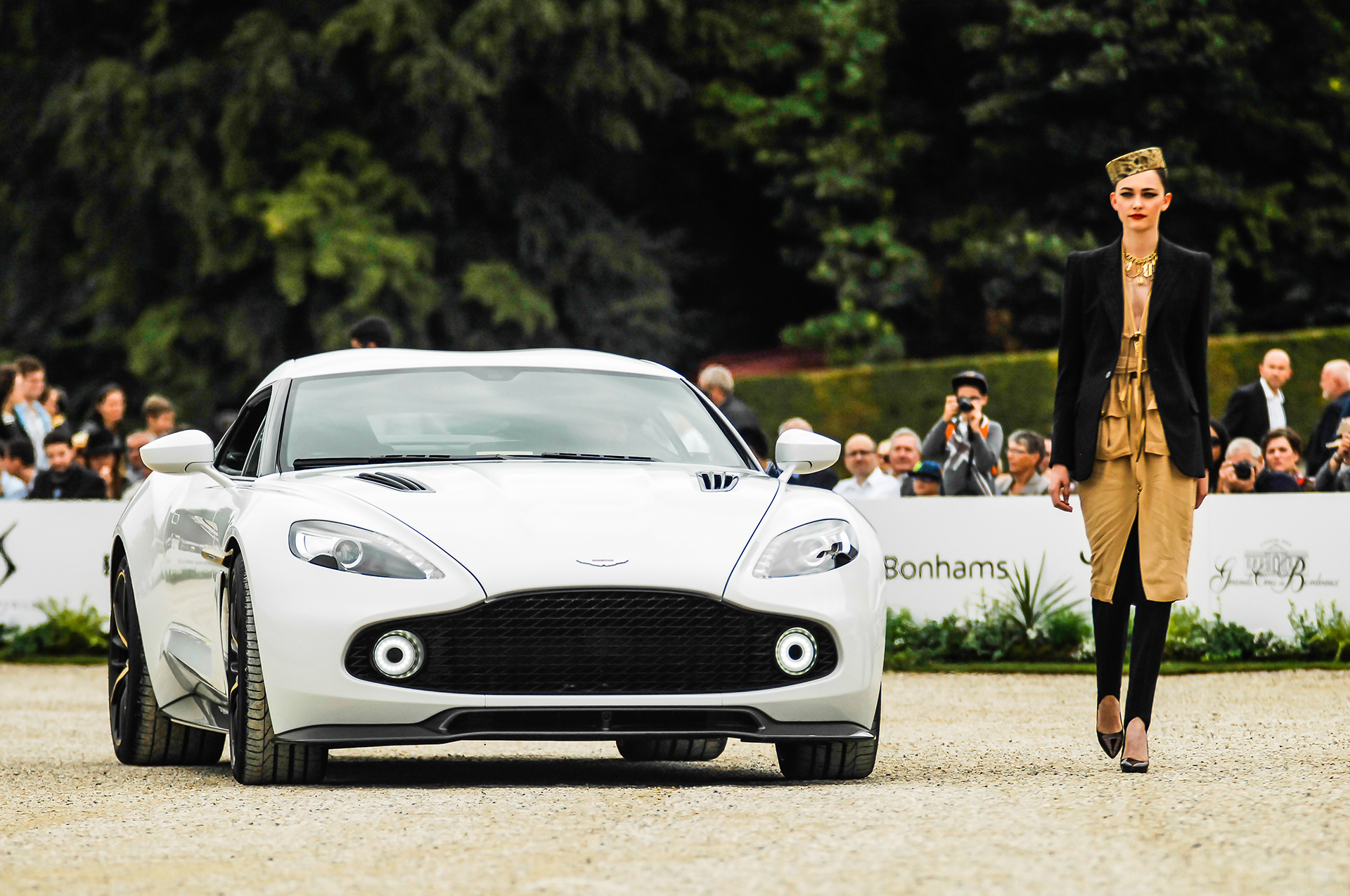 Chantilly 2016 - Aston Martin Vanquish Zagato Coupé - fashion Jean-Paul Gaultier - photo by Pierre-Yves Riom