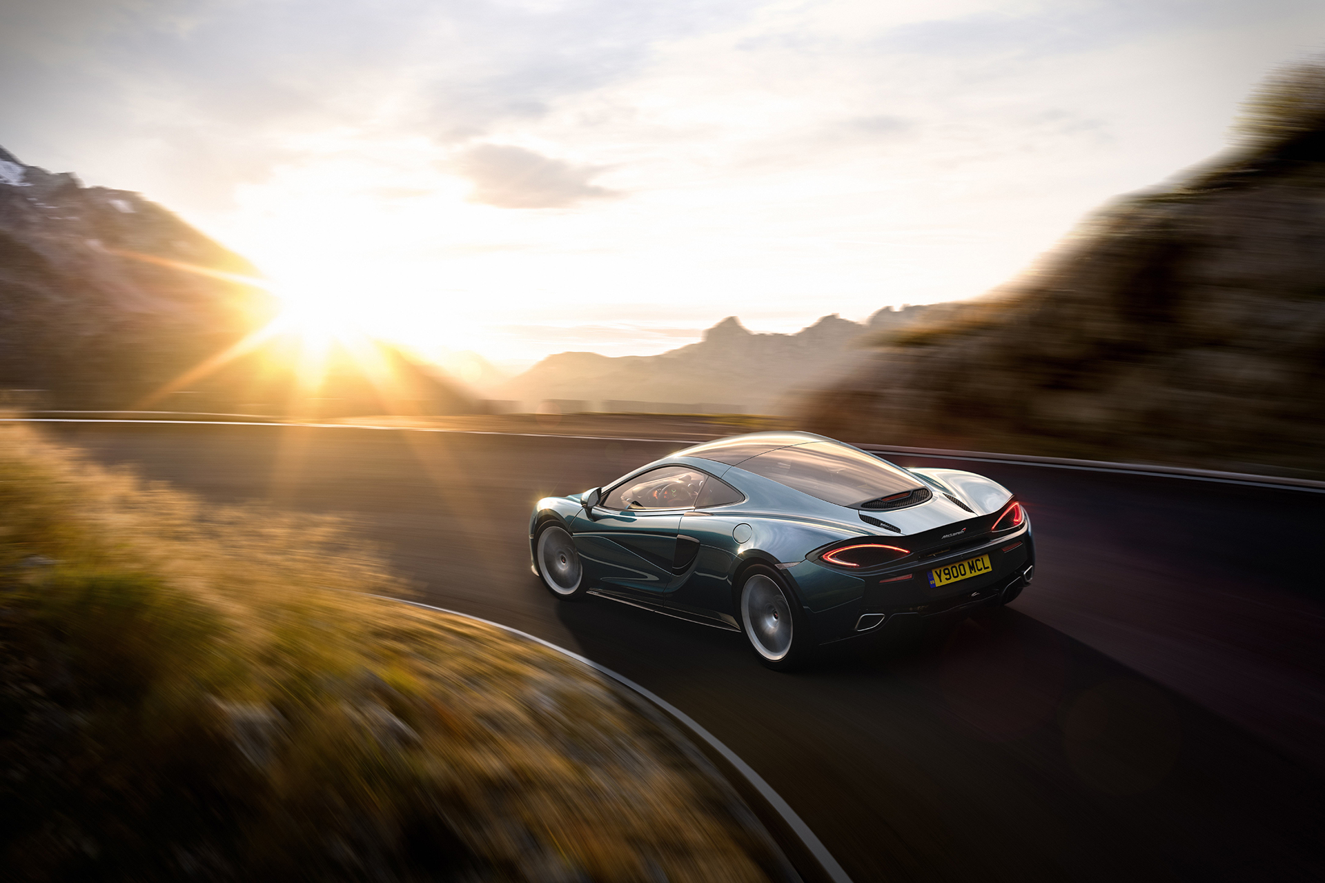 McLaren 570GT - 2016 - sur route / on road - photo