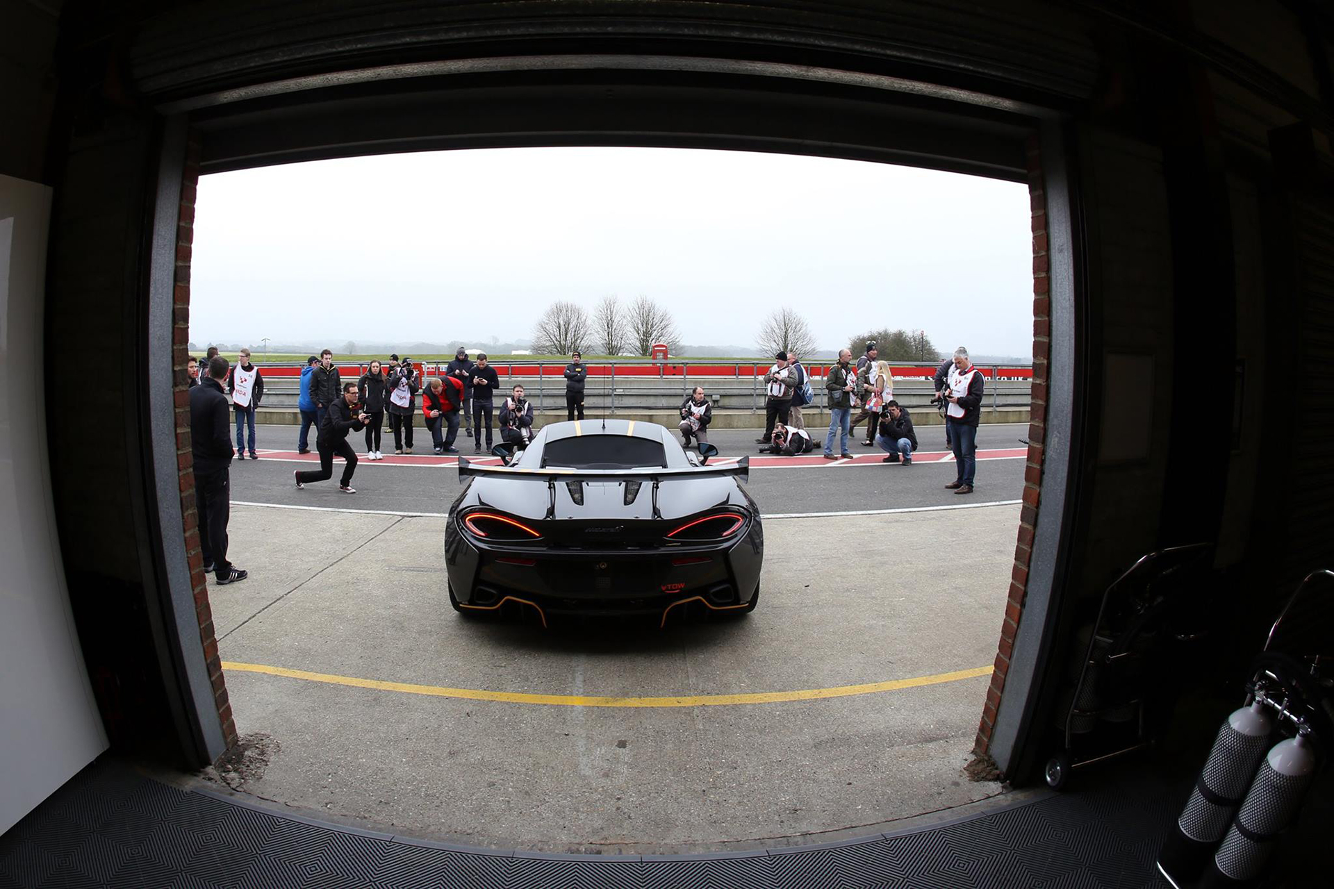 McLaren 570S GT4 - rear / arrière - 2016 - on track - Photo via British GT Championship